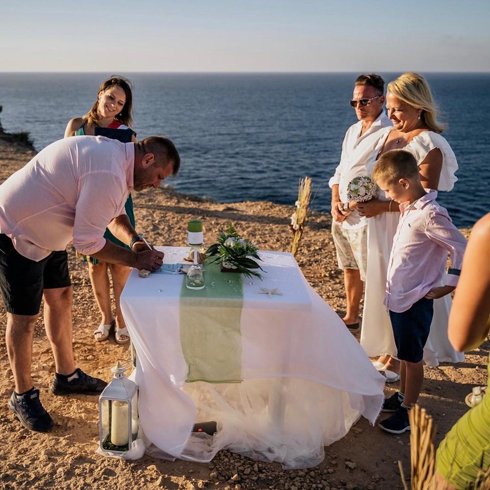 szimbolikus esküvő Máltán