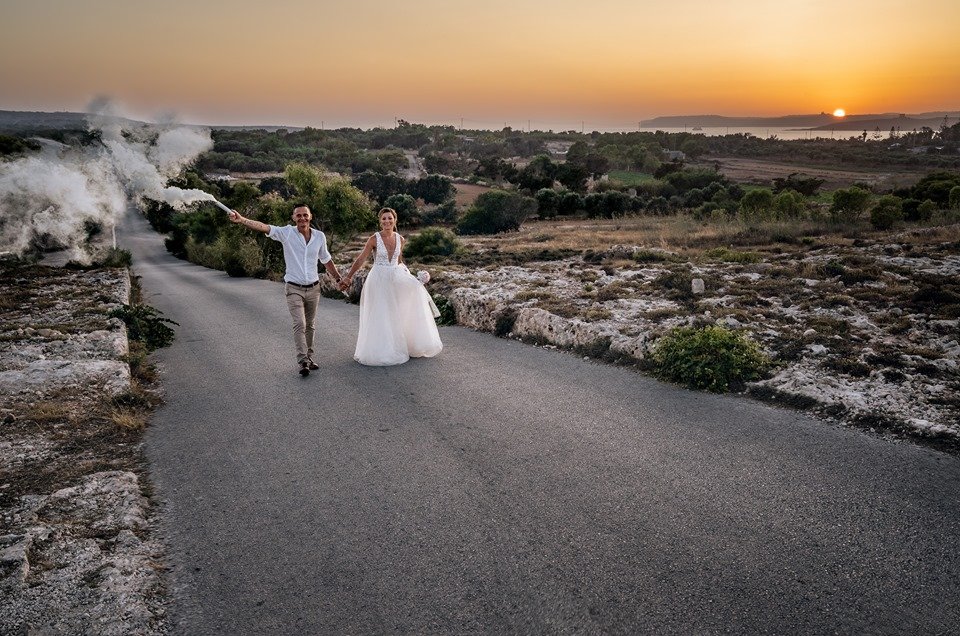 esküvői kép naplementével
